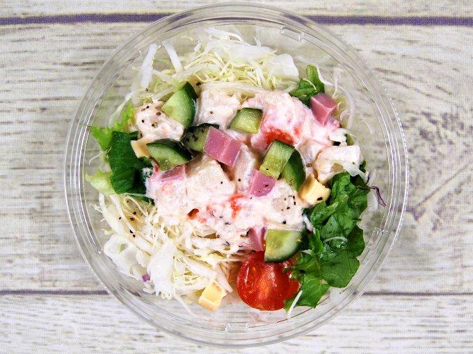 ふたを外した「ハムとポテトのキューブサラダ」の画像