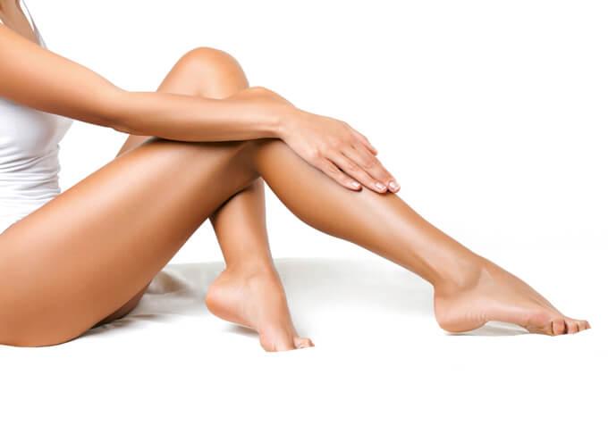 脚に触れる女性の画像