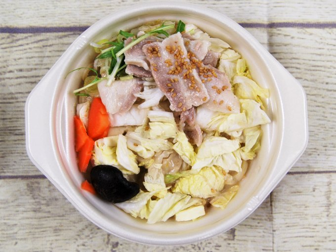 ふたを外した「1/2日分の野菜! ごま豆乳鍋うどん」の画像