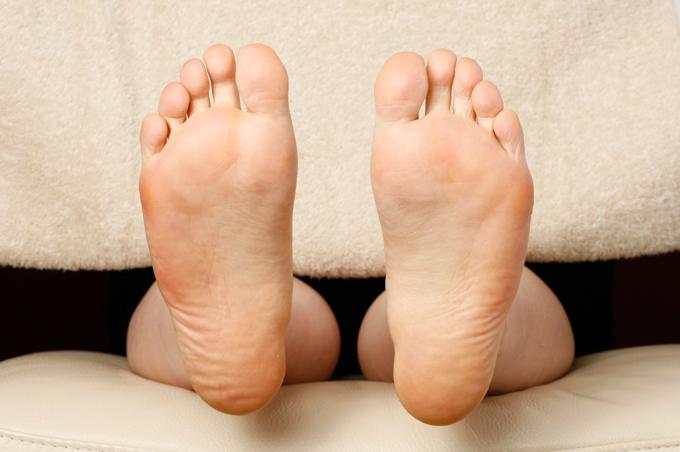 足が横に広がった四角い足裏