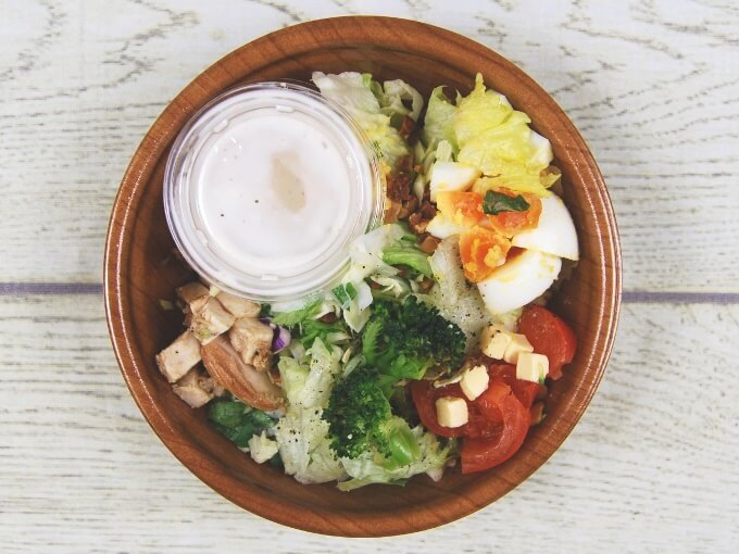 ふたを外した「グリルチキンと玉子のチョップドサラダ」の画像