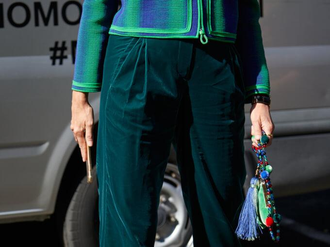 グリーンのパンツを穿く女性