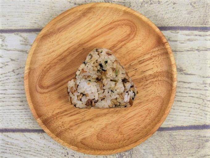 お皿に盛った「スーパー大麦 青菜と生姜こんぶ」の画像