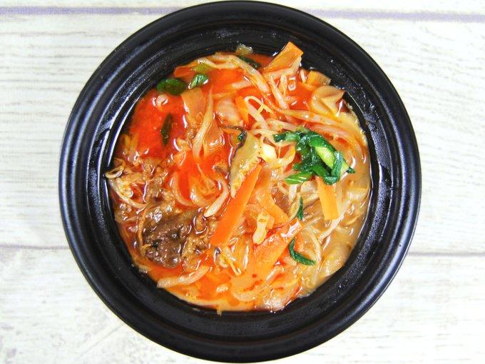 ふたを開けた「1/2日分の野菜! カルビクッパ(もち麦)」の画像