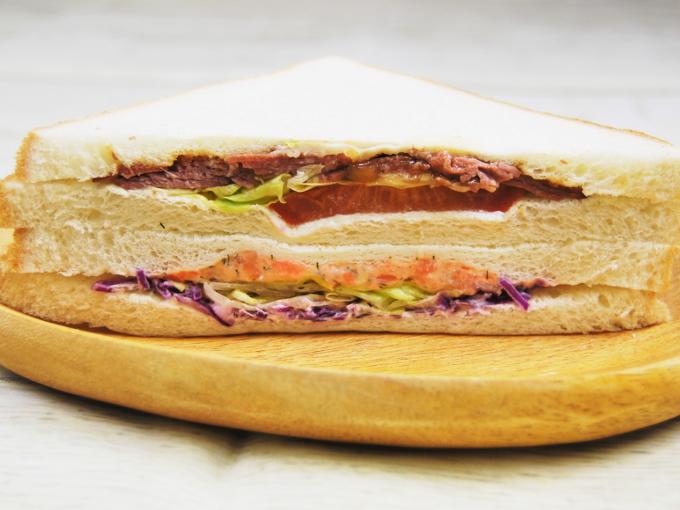 お皿に移した「プレミアムサンド(ローストビーフ&サーモン)」の画像