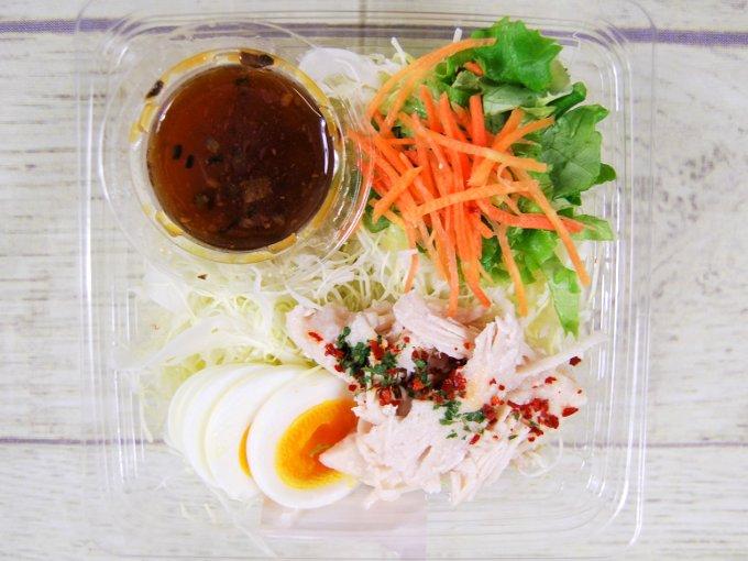 容器の蓋を開けた「サラダチキンと玉子のサラダ」の画像