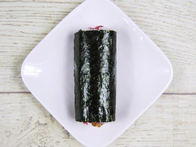 お皿に乗った「手巻寿司 うめ納豆巻(カリカリ梅入り)」の画像