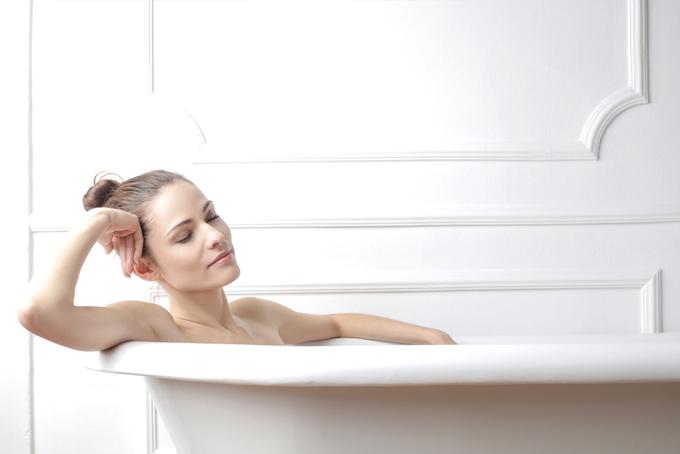 半身浴をしている女性の画像