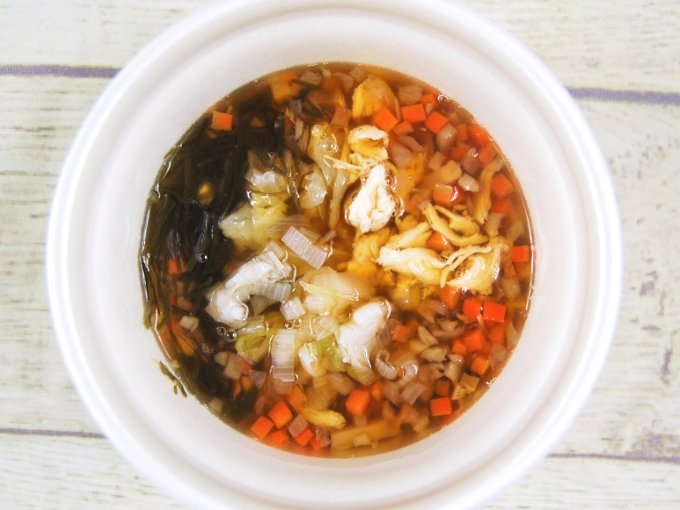 ふたを外した「鶏ささみと6種野菜のもち麦スープ」の画像