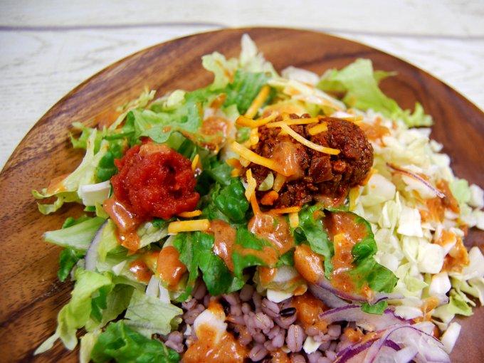 お皿に移した「タコライス風雑穀入りサラダ」のアップ画像