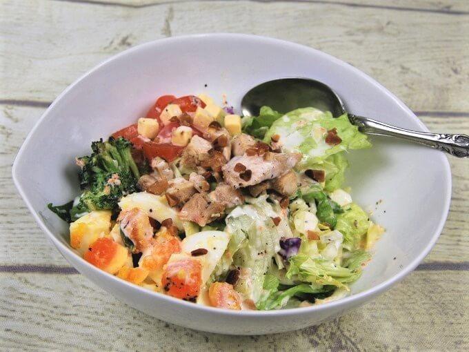 お皿に盛った「グリルチキンと玉子のチョップドサラダ」の画像