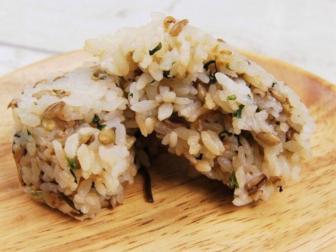 半分に割った「スーパー大麦 青菜と生姜こんぶ」の画像