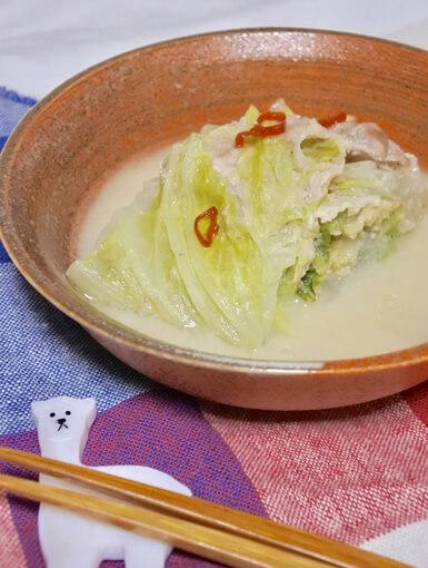 白菜と豚肉の白みそミルフィーユ煮を器に盛ったところ