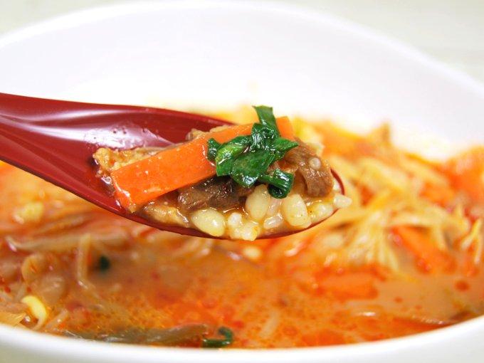 スプーンですくった「1/2日分の野菜! カルビクッパ(もち麦)」の画像