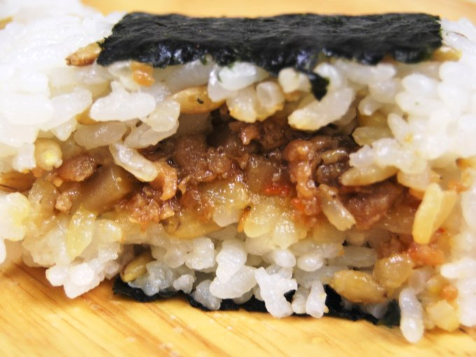 「スーパー大麦 鶏そぼろ(鶏と根菜炒め)」の断面アップ画像