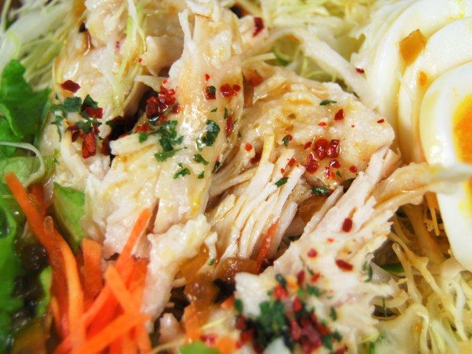お皿に移した「サラダチキンと玉子のサラダ」のアップ画像