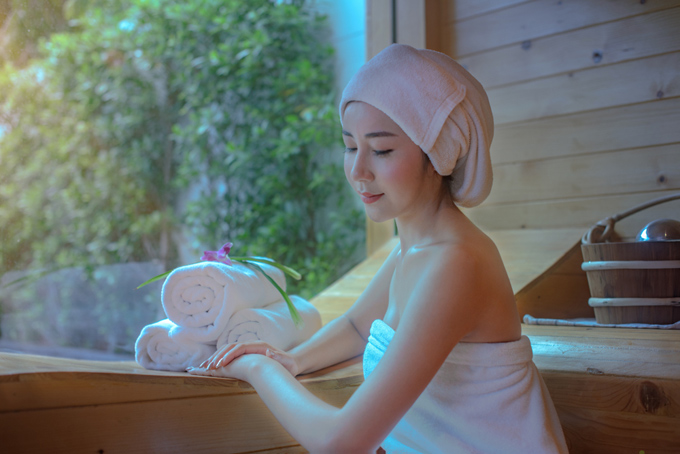 バスタオルとターバンを巻いている女性の画像