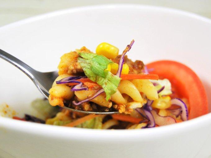 スプーンですくった「クリーミーポテトサラダ タコスミート」の画像