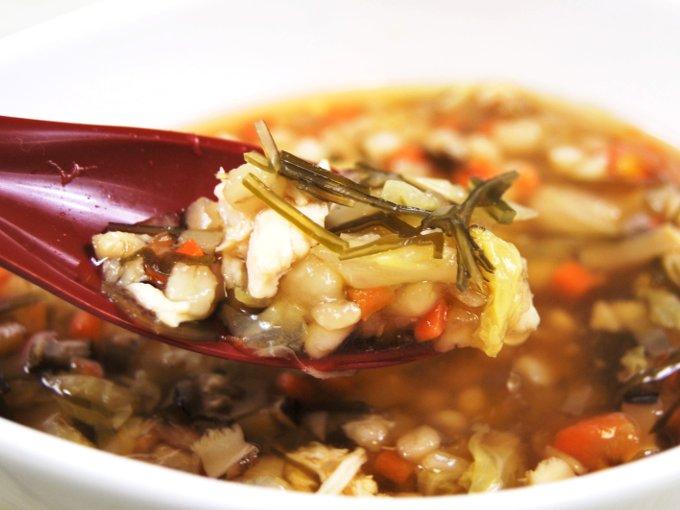 スプーンですくった「鶏ささみと6種野菜のもち麦スープ」の画像