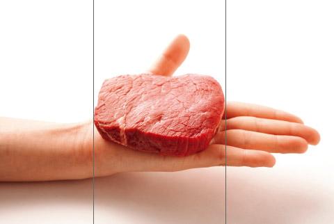 手のひらの上にのせた赤身肉