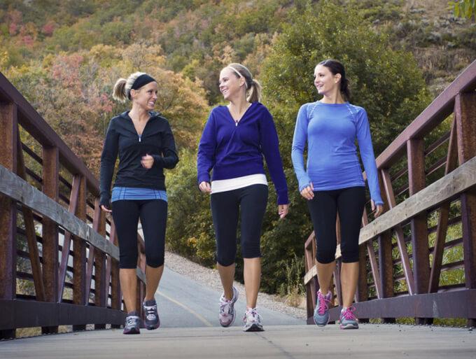 散歩する女性