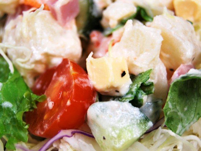 「ハムとポテトのキューブサラダ」のアップ画像