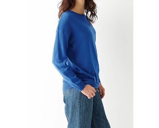 ブルーのニットを着た女性