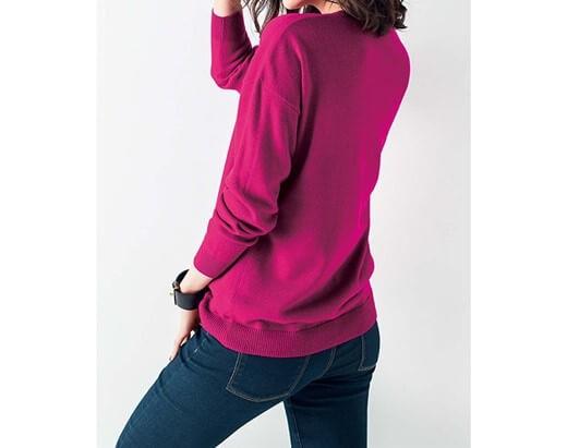 ピンクのニットを着た女性