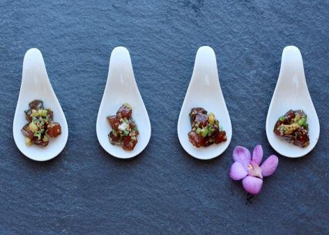 マグロなど刺身をごま油としょうゆ、モリンガで混ぜ合わせたハワイ料理「クリクリ・アヒポケ」