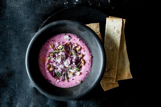 タヒニに鮮やかなピンクのビーツを混ぜた「ビーツ・タヒニ・ボウル」