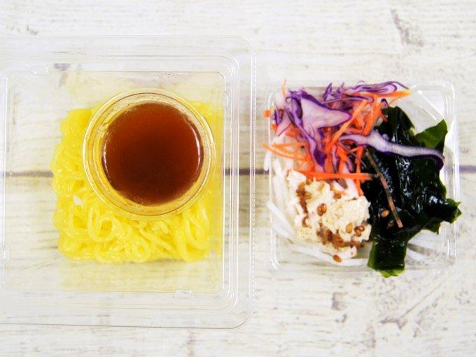 麺とトッピングに分けた「湯葉と鶏ささみのこんにゃく麺サラダ」の画像