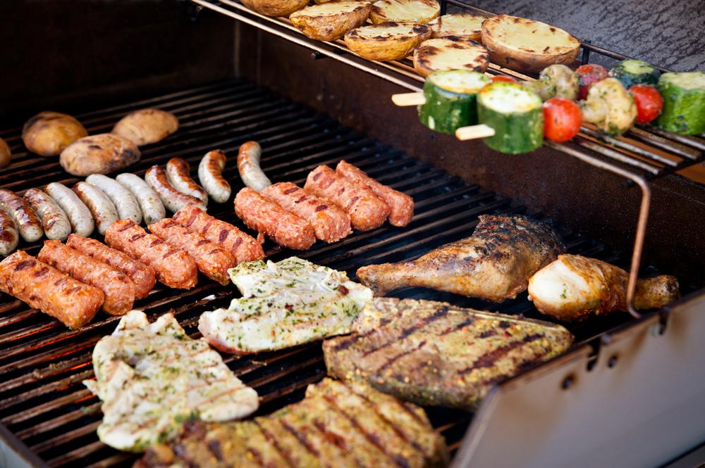 ばーベキューで焼いたお肉やソーセージ
