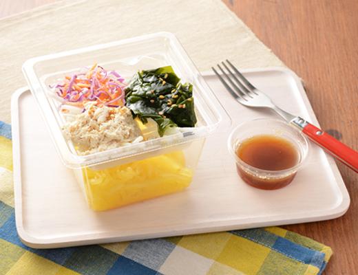 公式サイトで掲載された「湯葉と鶏ささみのこんにゃく麺サラダ」の画像