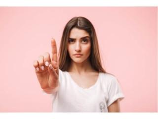 女性が「これがポイント」という感じで指をあげている