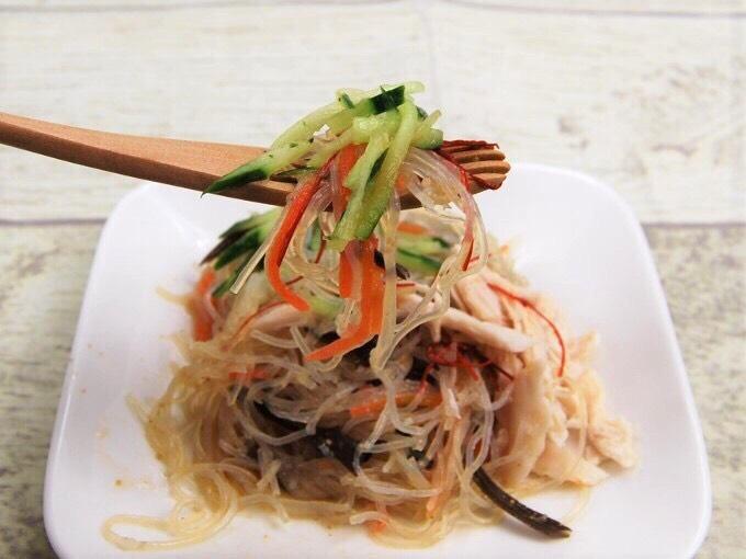 「蒸し鶏の中華風春雨サラダ」をフォークですくった画像