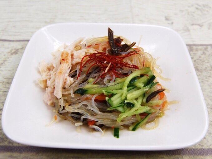 お皿に盛られた「蒸し鶏の中華風春雨サラダ」の画像