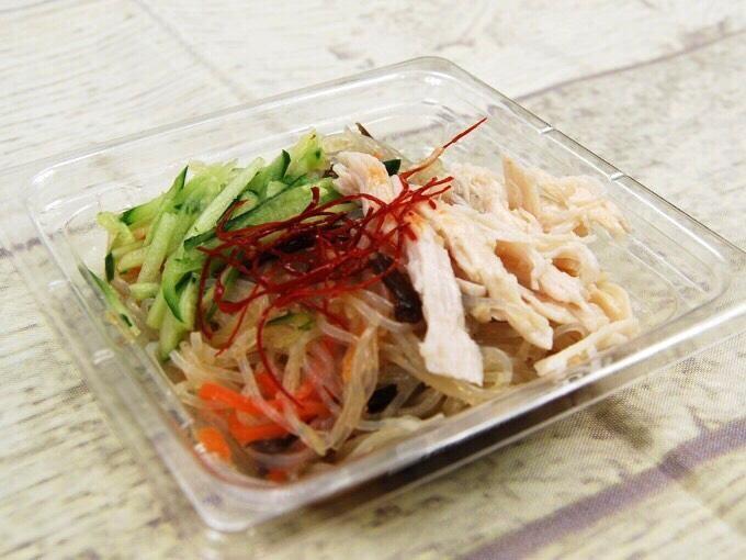 パッケージの蓋を開けた「蒸し鶏の中華風春雨サラダ」の画像