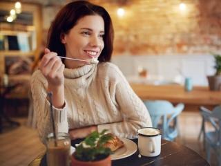 食事をする女性の画像