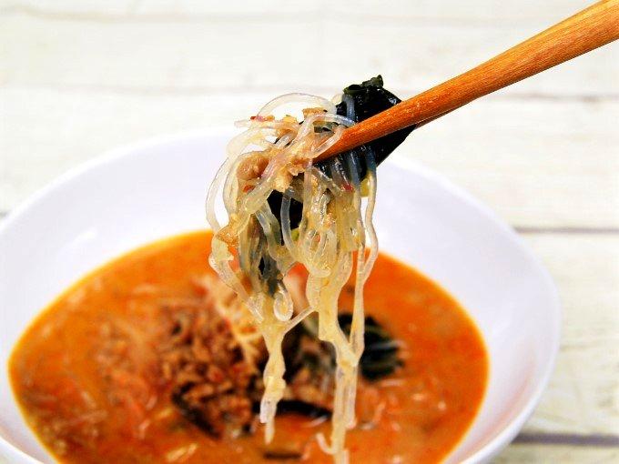 「担担風春雨スープ」の具材を箸ですくった画像