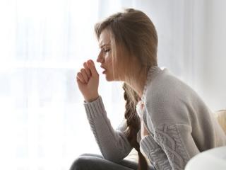 咳こんでいる女性の画像