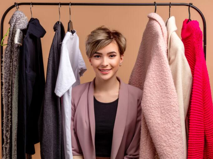 服をかき分けている女性の画像