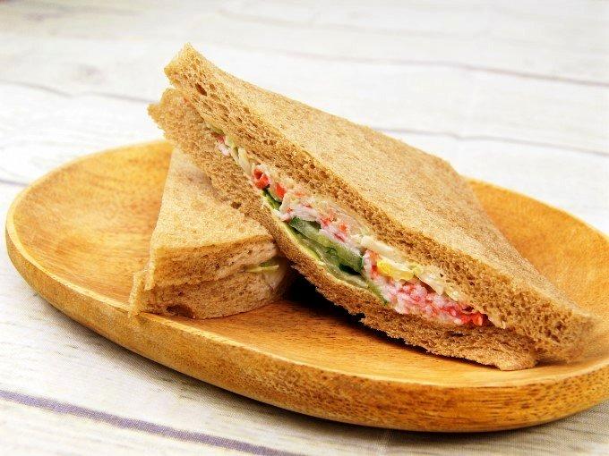 お皿に盛った「全粒粉サンド シーフードサラダ」の斜めアングル画像