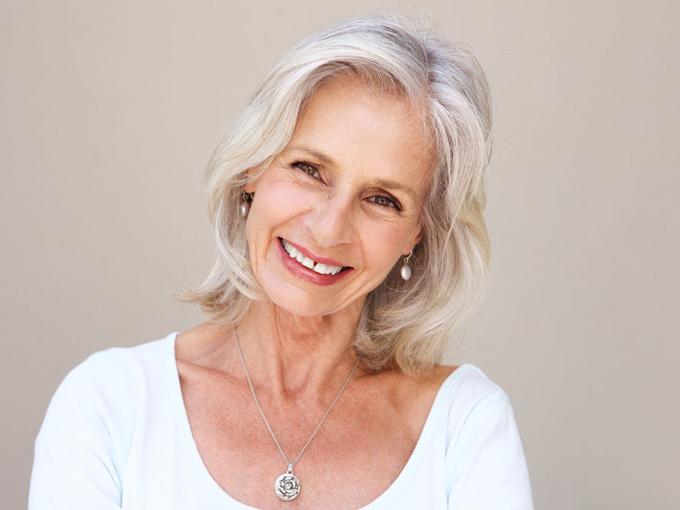 真っ白な髪をした女性の画像