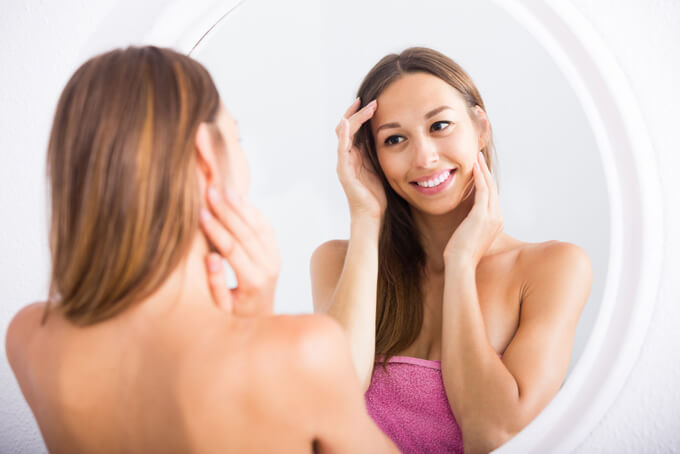 鏡を見ている女性の画像