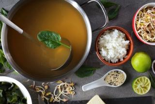 ダシやその他の食材で調理しているイメージ画像