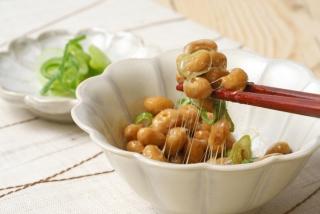 小鉢に入った納豆を箸ですくっている画像