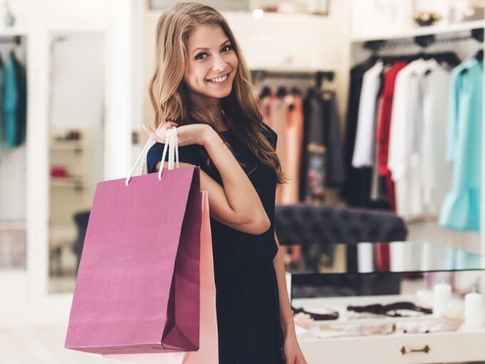 ショップ袋を手に持つ女性