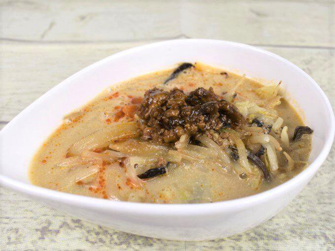 「1/2日分の野菜! ごま豆乳担々スープ」をお皿に盛りつけた画像