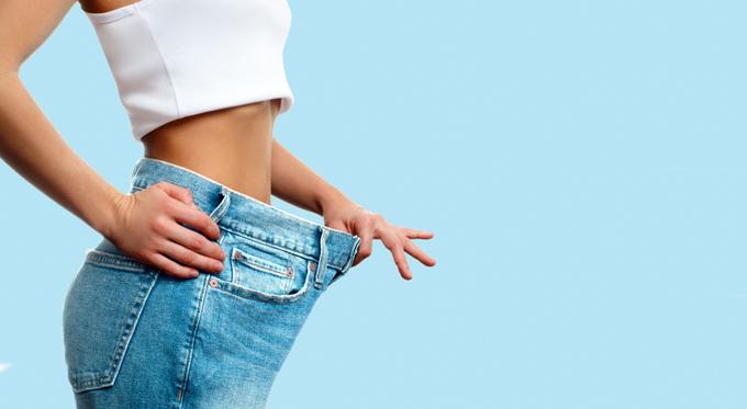 大きなズボンを履いた女性の横画像