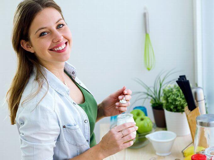 ヨーグルトを食べる女性1